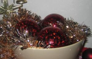 Joulupallot kulhossa